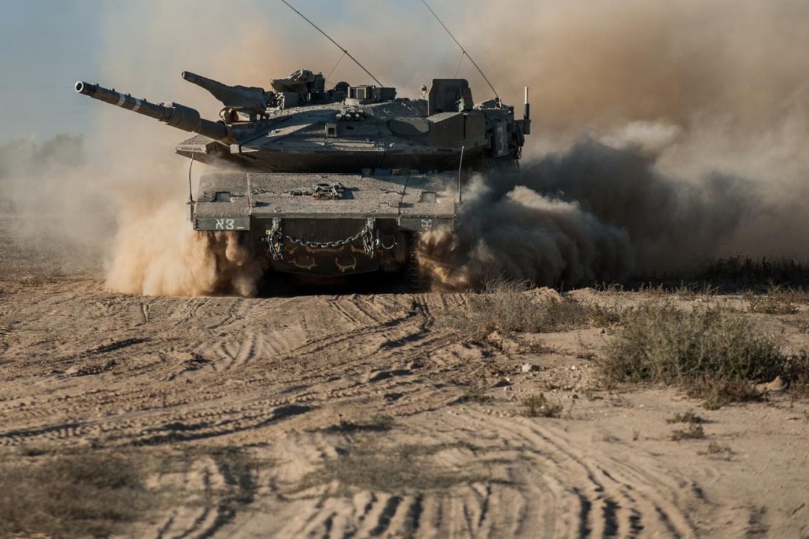 Izraelský tank poblíž hranice Pásma Gazy