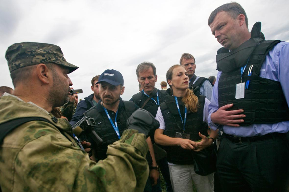 Pozorovatelé OBSE na místě nehody malajsijského letounu