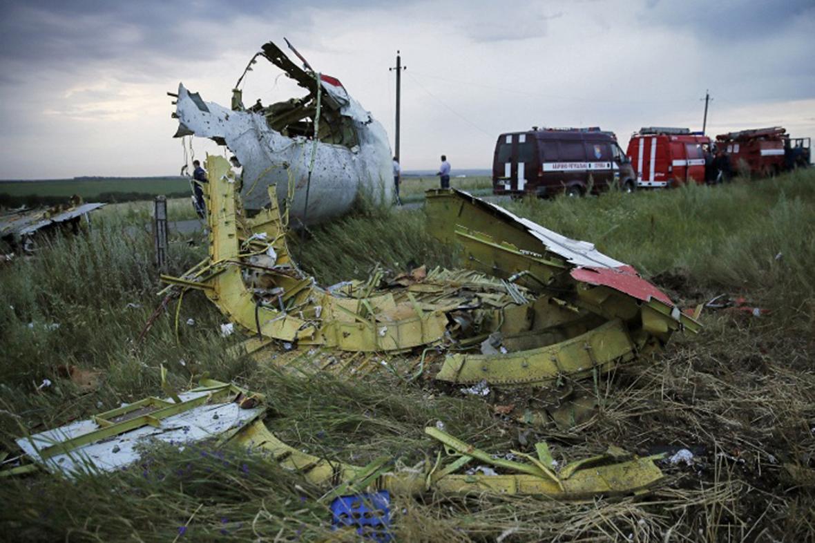 Trosky zříceného malajsijského letounu na Ukrajině
