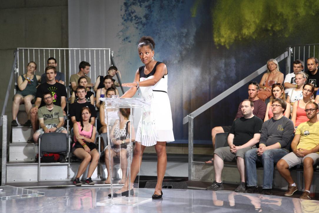Zuzana Tvarůžková pokládá hostům otázku
