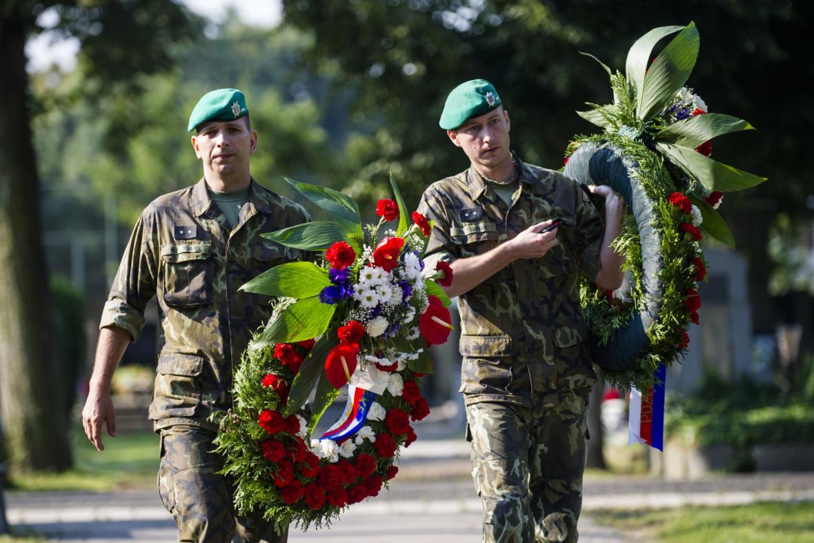Stovky lidí se přišly v Hradci Králové rozloučit s desátníkem Janem Šenkýřem
