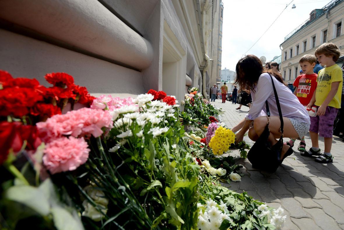 Květiny před nizozemskou ambasádou v Moskvě