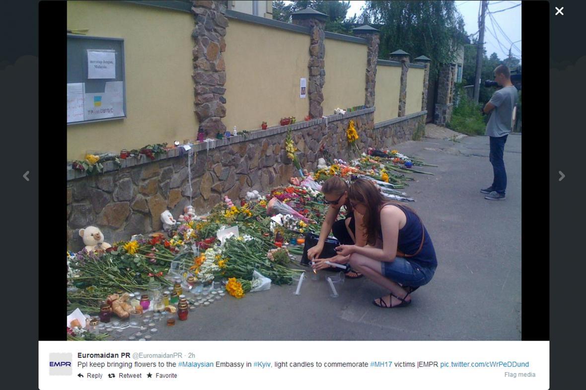 Květiny před malajsijskou ambasádou v Kyjevě