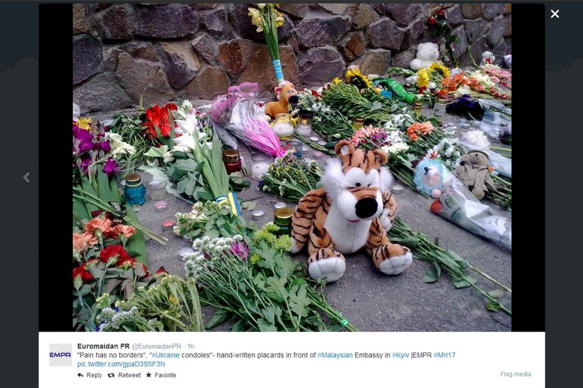 Květiny a hračky před malajsijskou ambasádou v Kyjevě