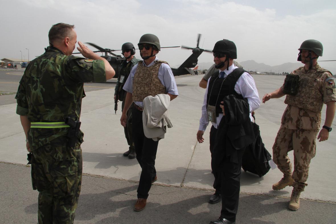 Ministr obrany po příletu na základnu