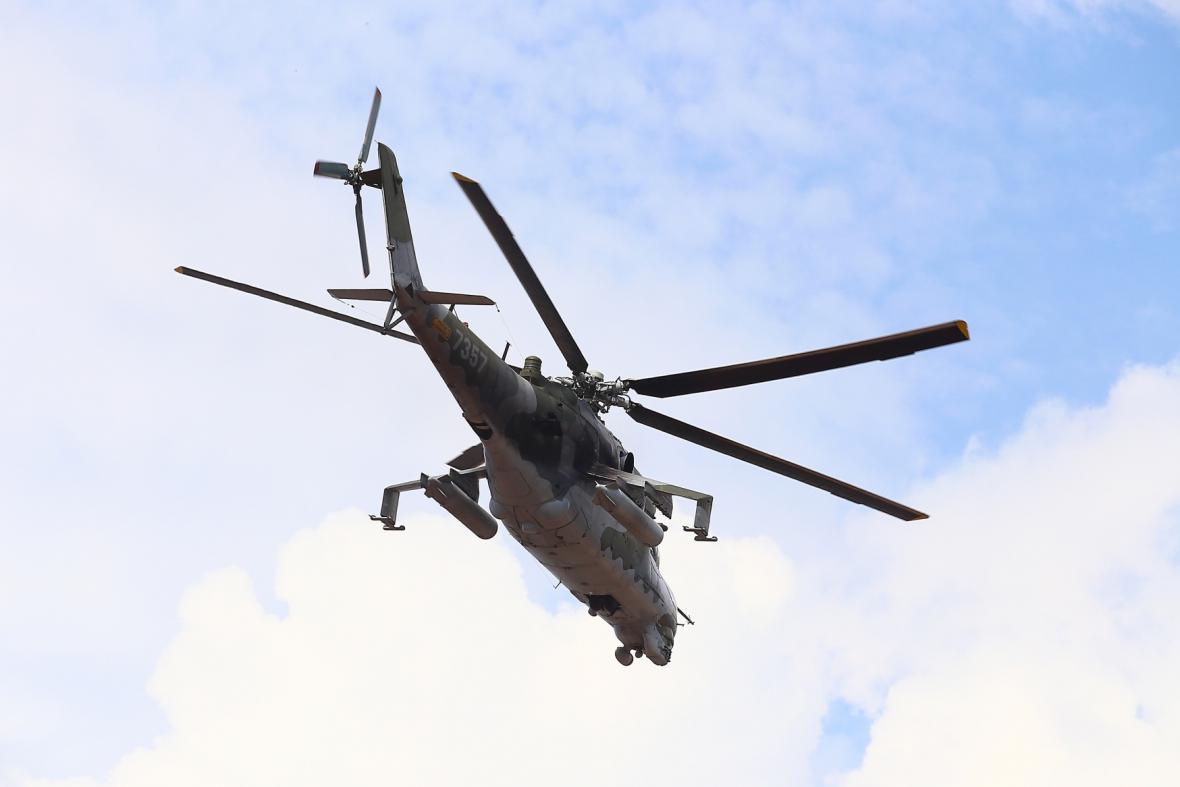 Nad náměstím 1. máje prolétl v nízké výšce třikrát bojový vrtulník