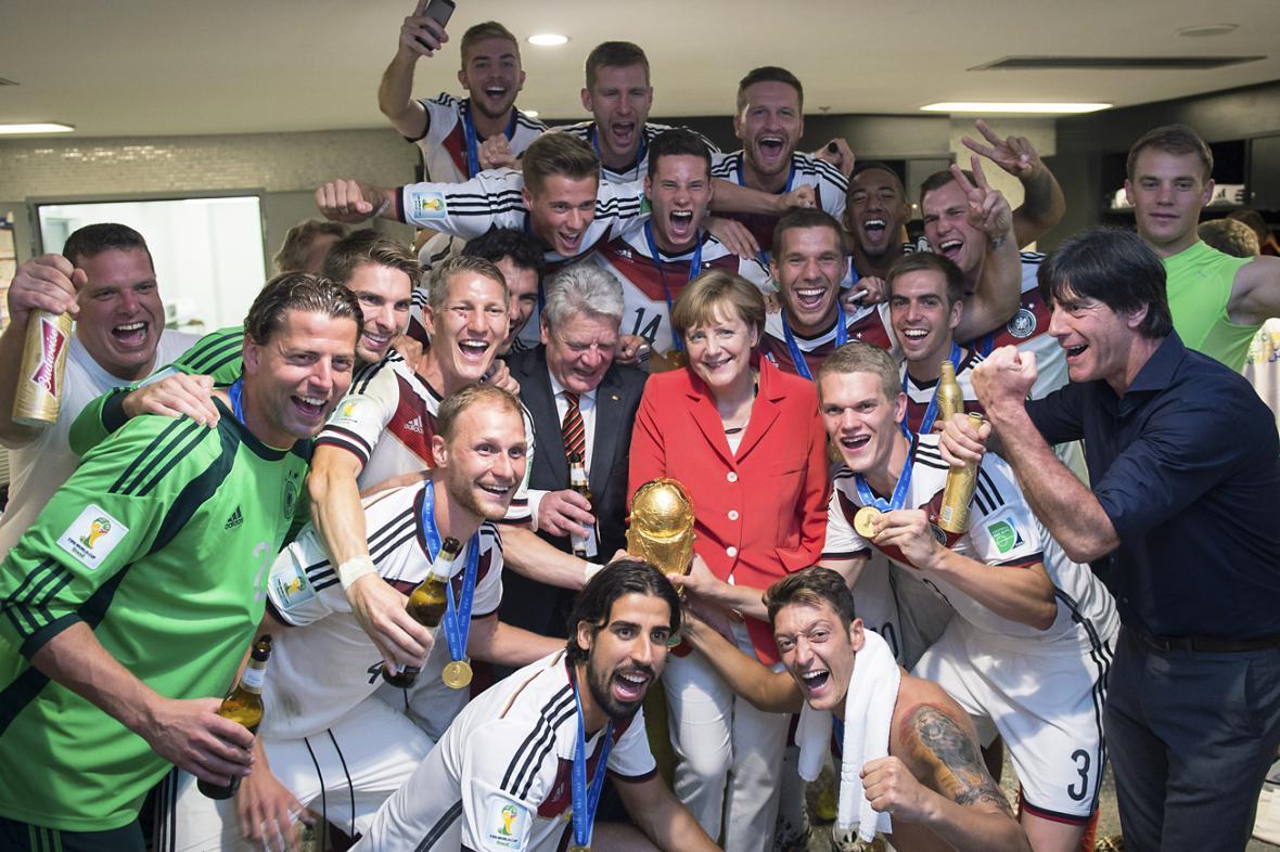 Angela Merkelová a Joachim Gauck s fotbalovými mistry světa