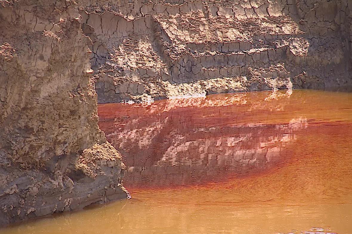 Unikající ropa znečišťuje vodu