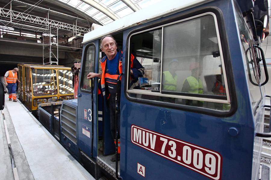 Motorový univerzální vozík metra
