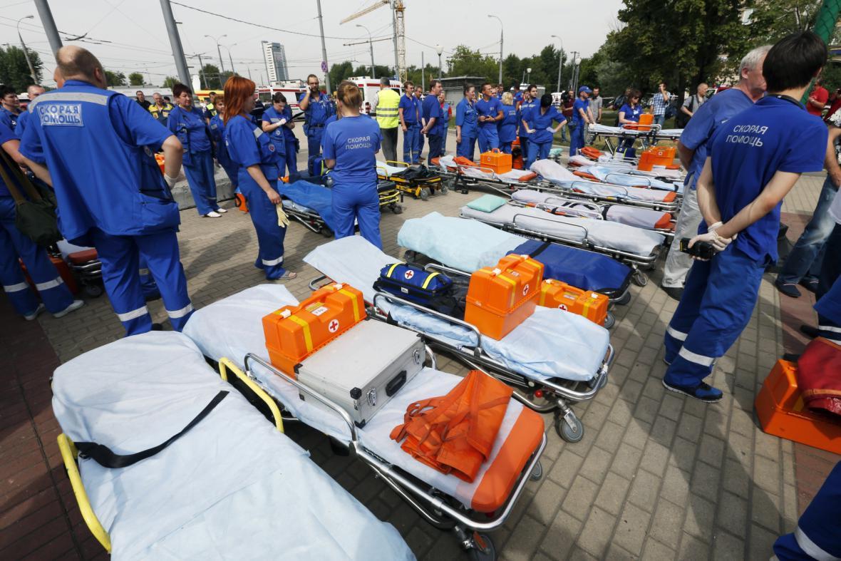 Záchranáři se připravují na zraněné z moskevského metra