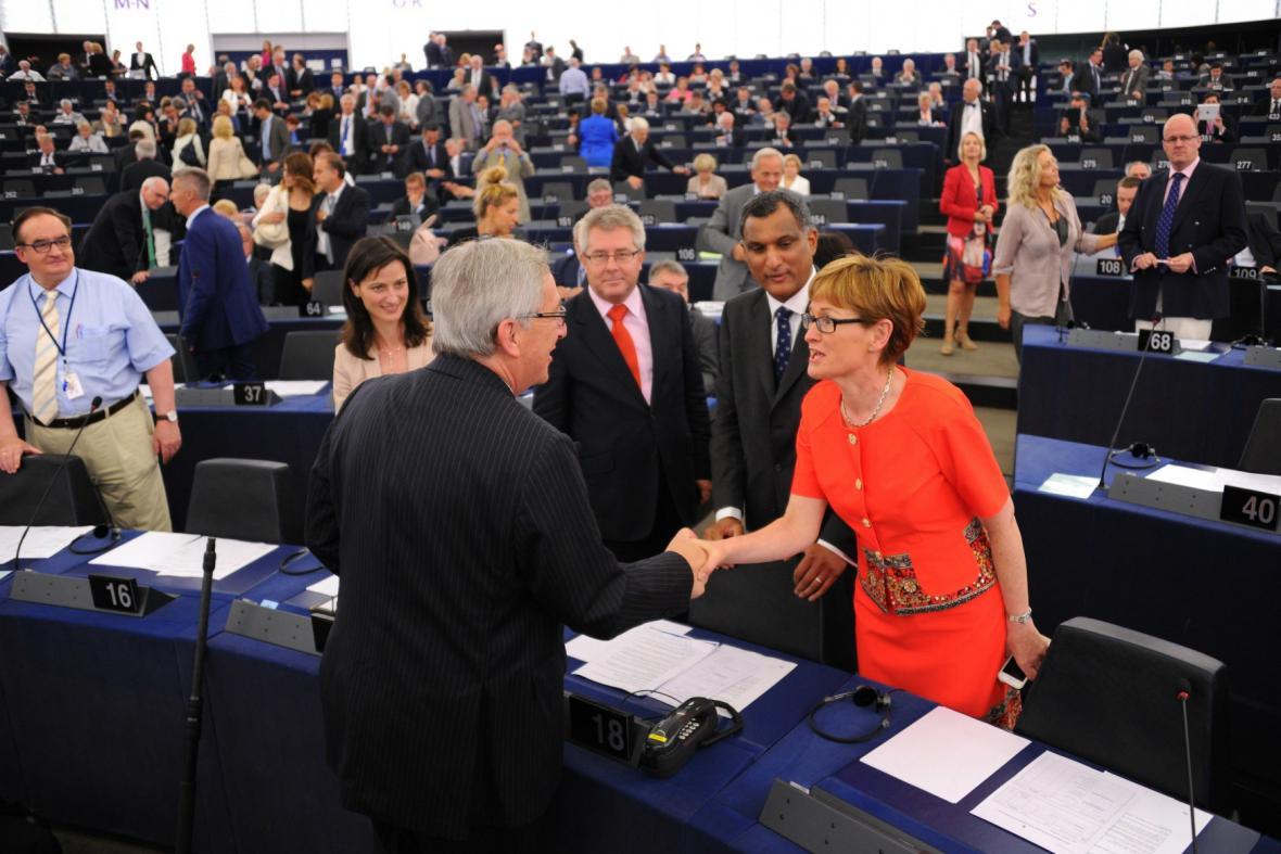 Juncker je oficiálně předsedou Evropské komise