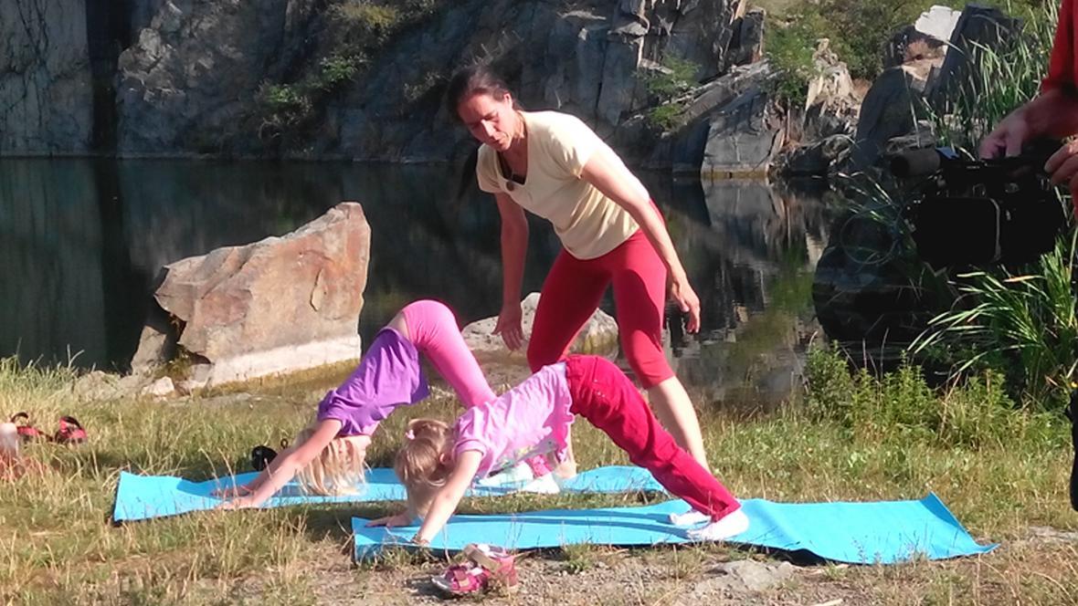 Na cvičení dohlíží lektorka Jana Chovancová