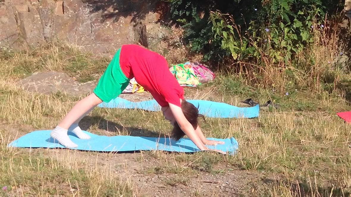 Děti cvičení v přírodě baví