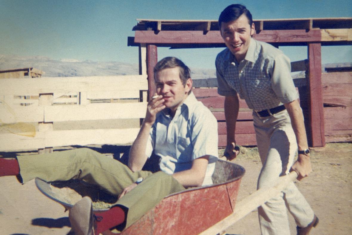 Klavírista a skladatel Rudolf Rokl (sedící v kolečku) a zpěvák Karel Gott v Las Vegas, srpen 1967