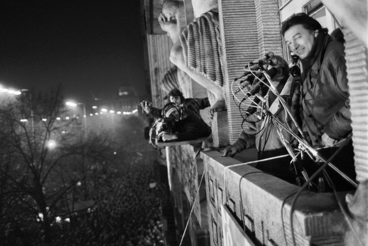 Zpěvák Karel Gott na balkonu Melantrichu