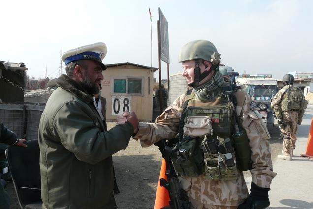Čeští vojáci hlídají základnu v Bagrámu