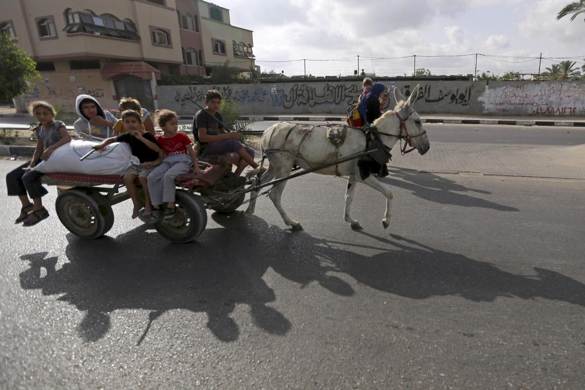 Palestinci prchají před izraelskými raketami