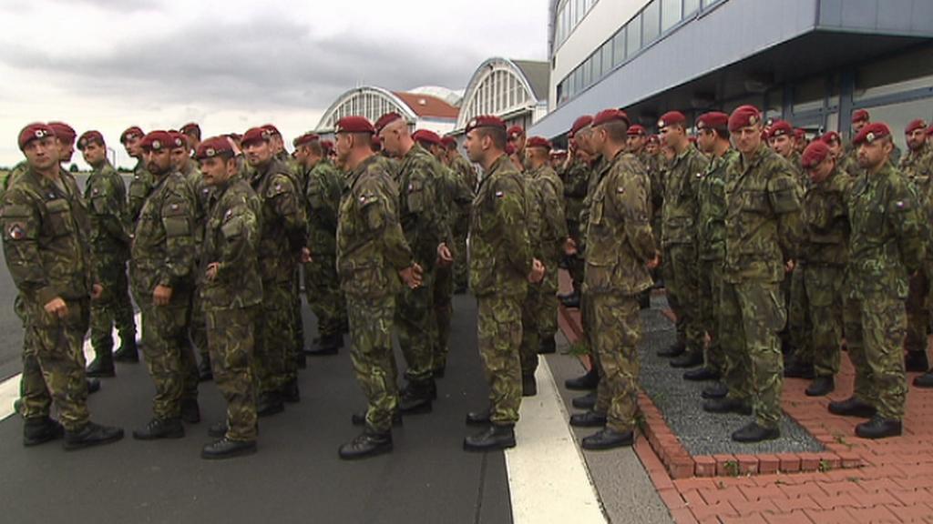 43. chrudimský prapor nastoupil k pietní ceremonii na kbelské letiště
