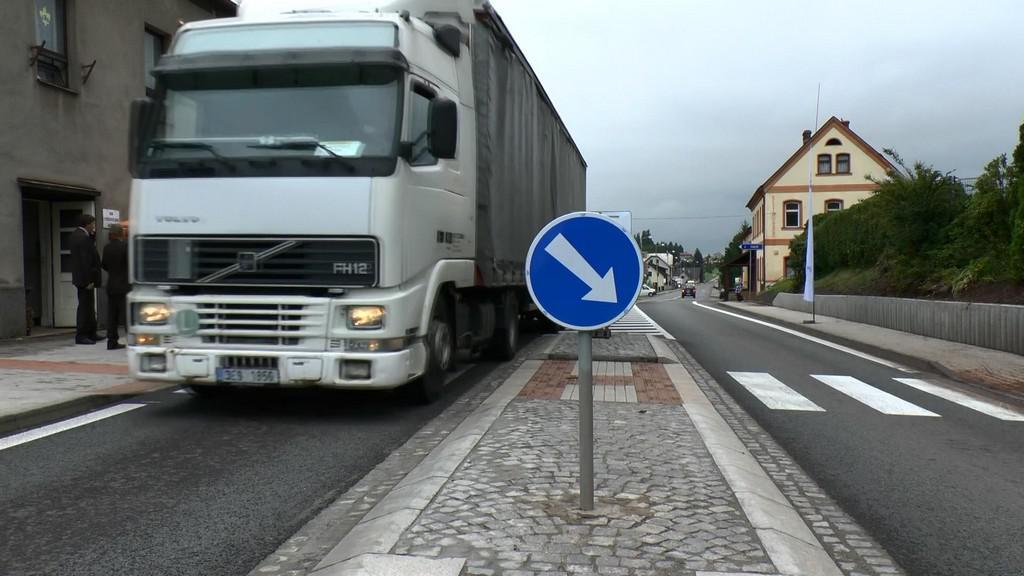 Kamion projíždí zrekonstruovanou silnicí