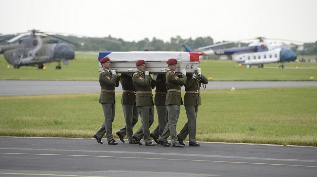 Rakev jednoho z vojáků putuje ke smutečnímu katafalku