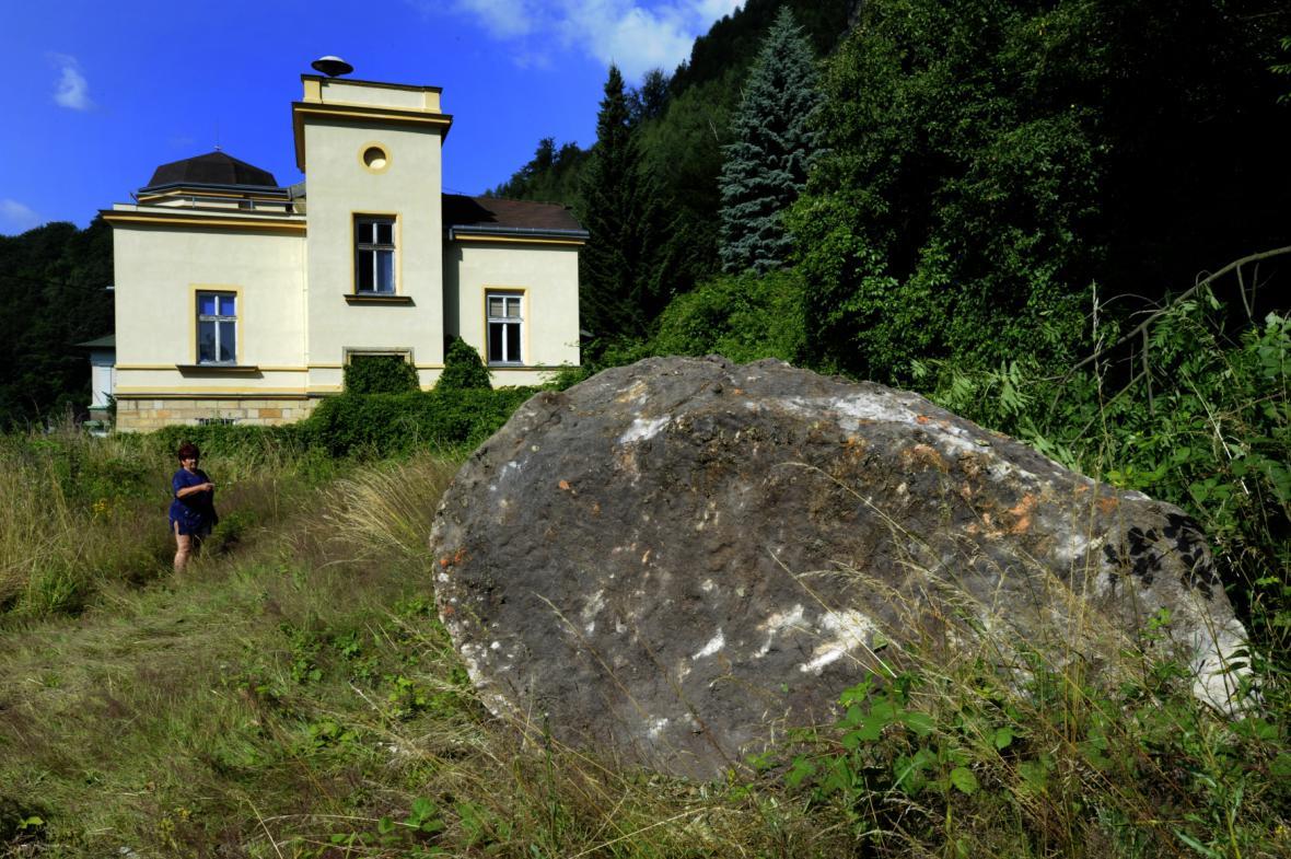 Balvan, který se utrhl ze skalního převisu v Horním Žlebu