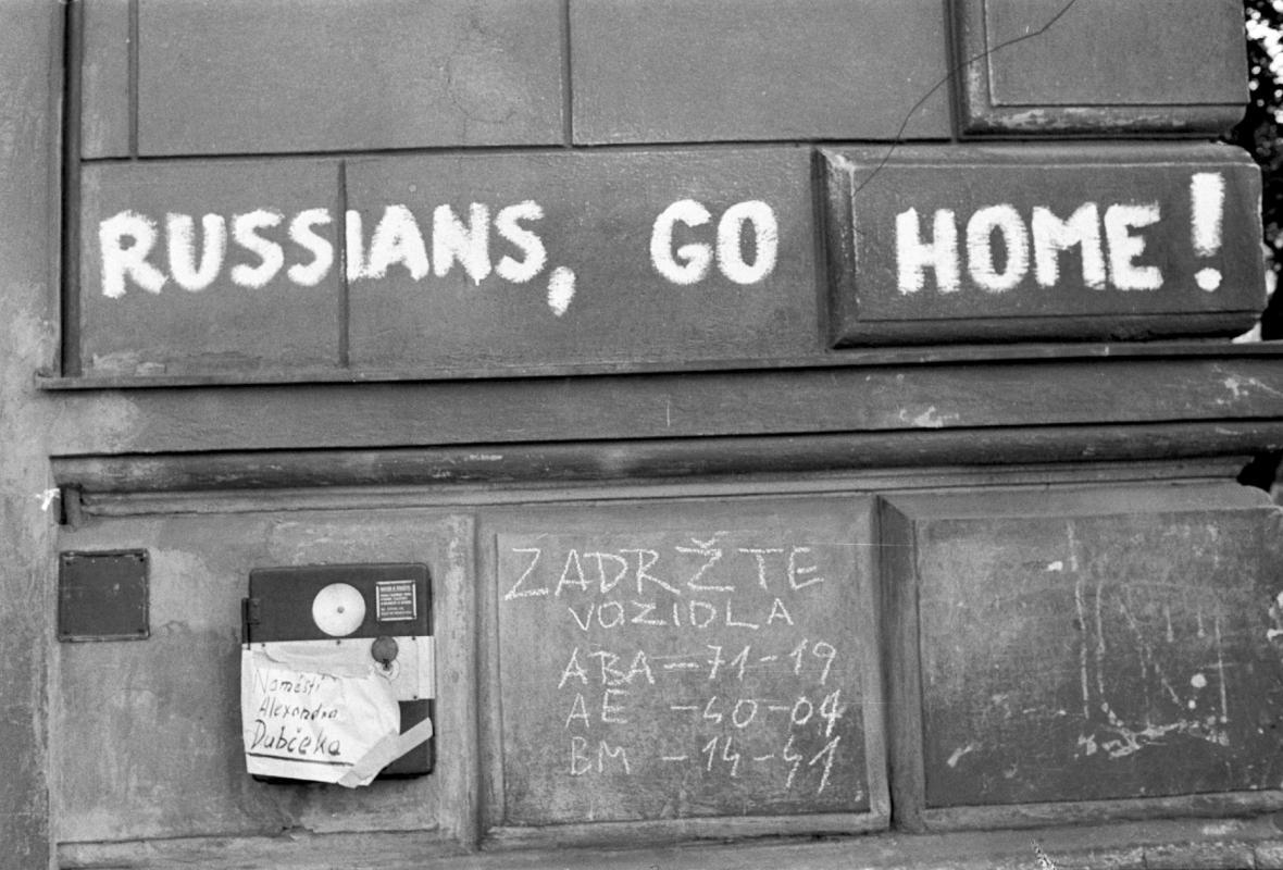 Ulice Brna zaplavily nápisy, které ruské okupanty posílaly domů