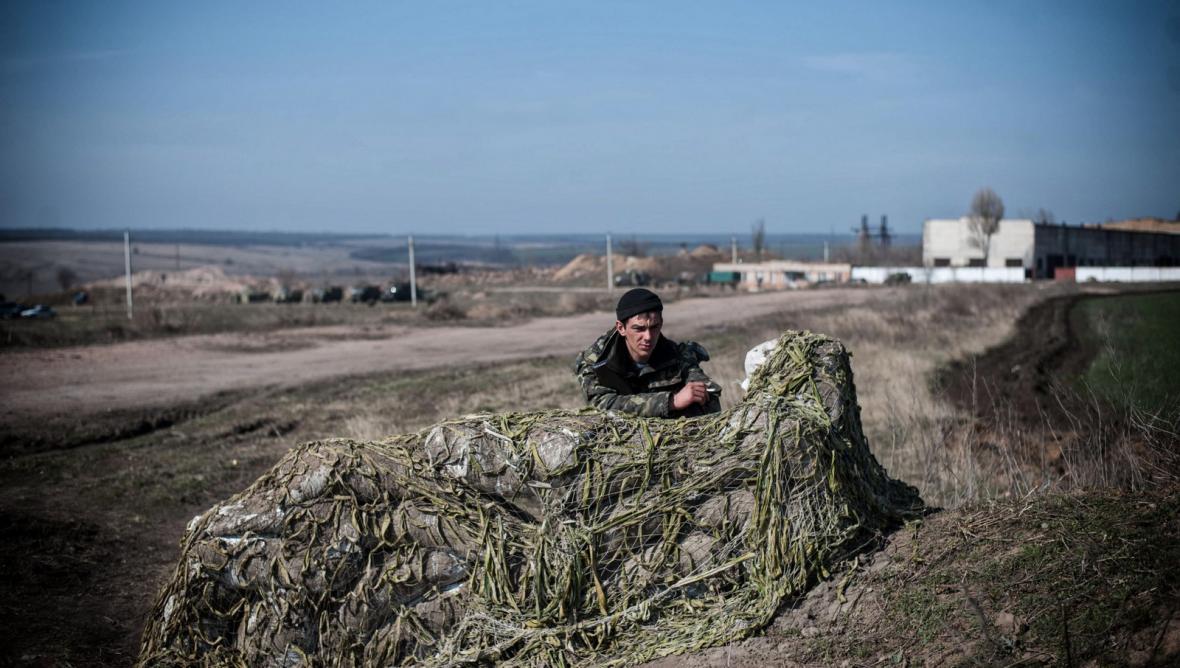 Ukrajinský voják na hranicích s Ruskem