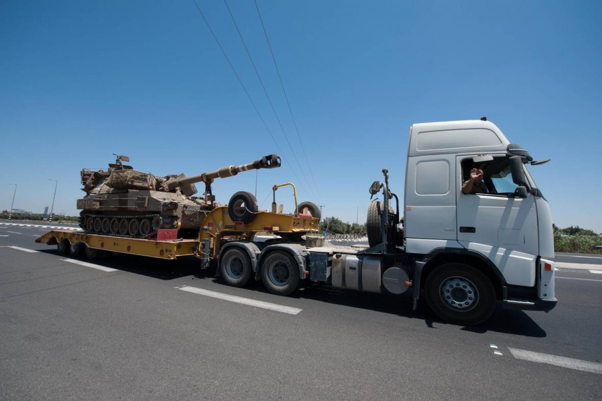 Izraelci vezou tank ke Gaze