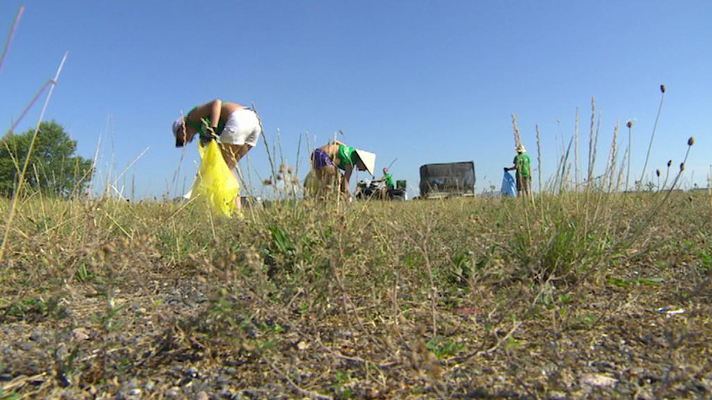 S návštěvníky mizí z hradeckého festivalparku také tuny odpadků