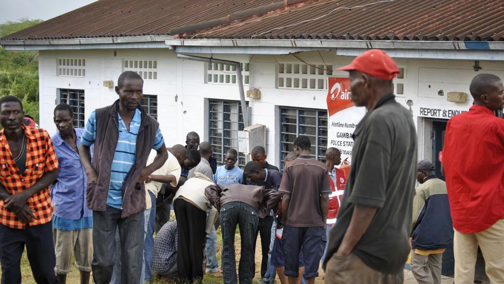 Lidé ohledávají oběti v oblasti Gamba