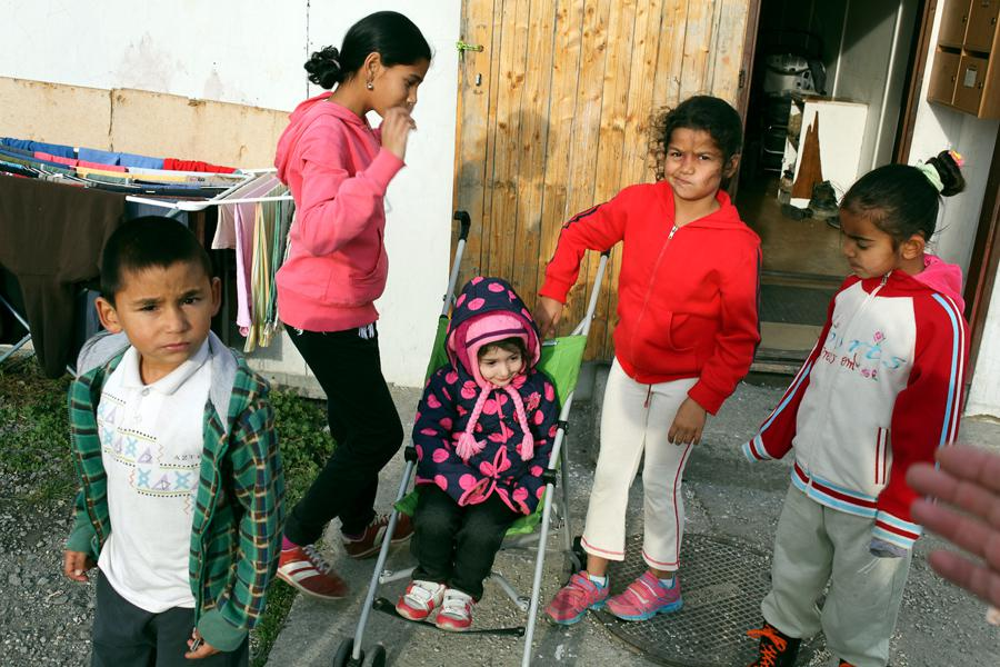 Romské děti před ubytovnou pro sociálně vyloučené