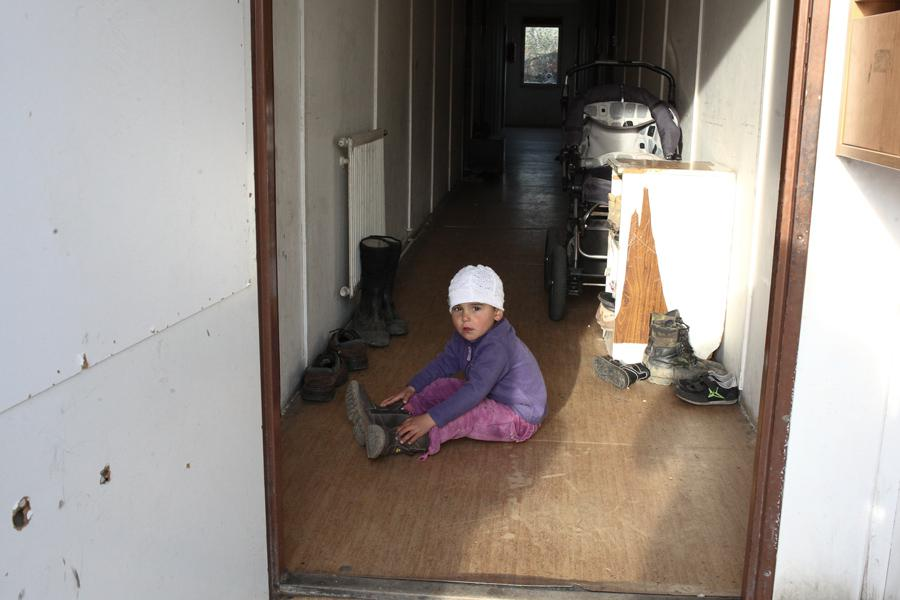 Romské dítě před ubytovnou pro sociálně vyloučené
