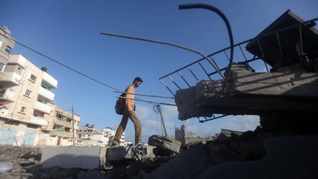 Palestinec prochází městem Gaza po izraelském náletu