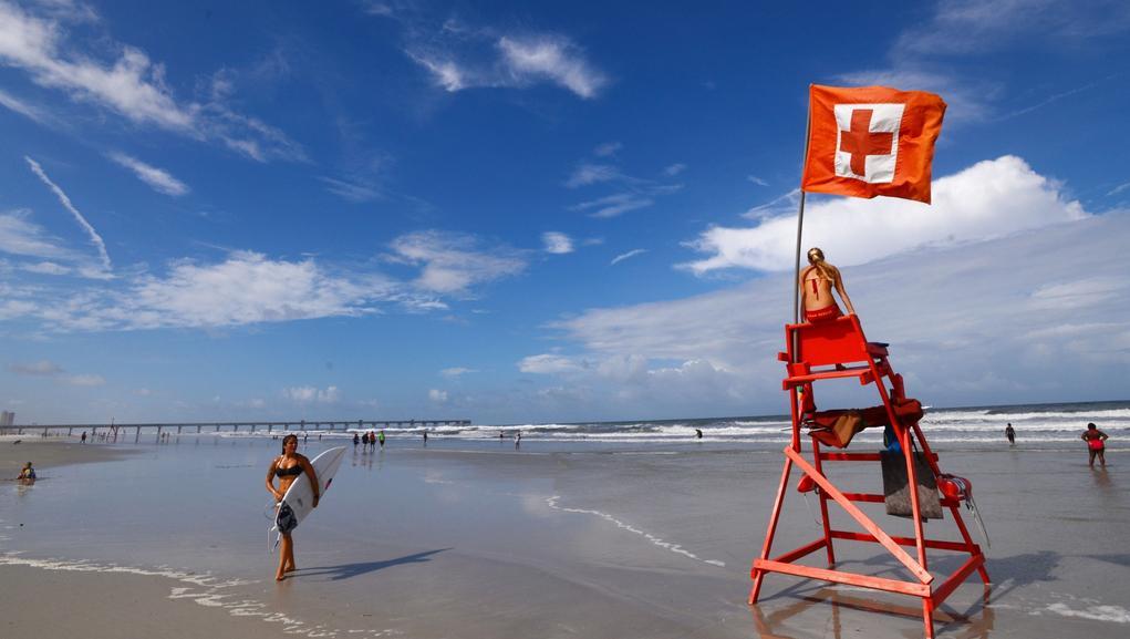 Dozvuky teprve sílící bouře si na pobřeží Floridy užívali hlavně surfaři
