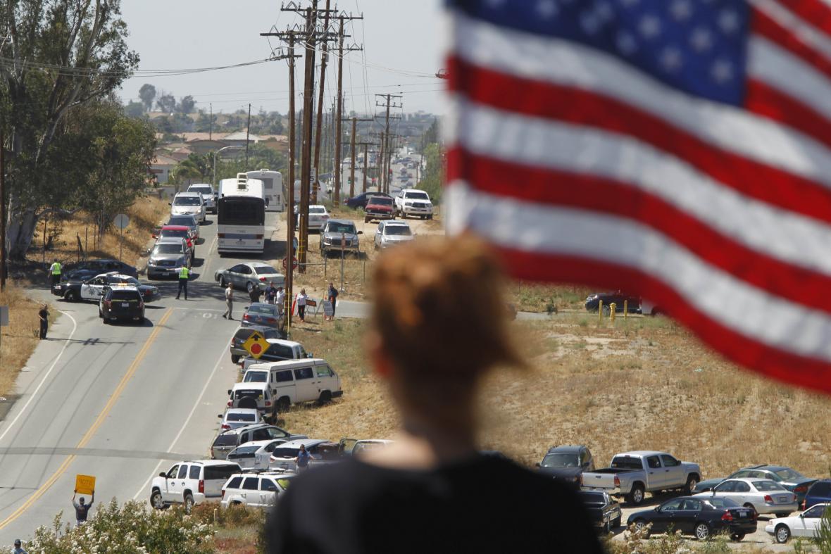 Demonstranti zastavili autobus s emigranty