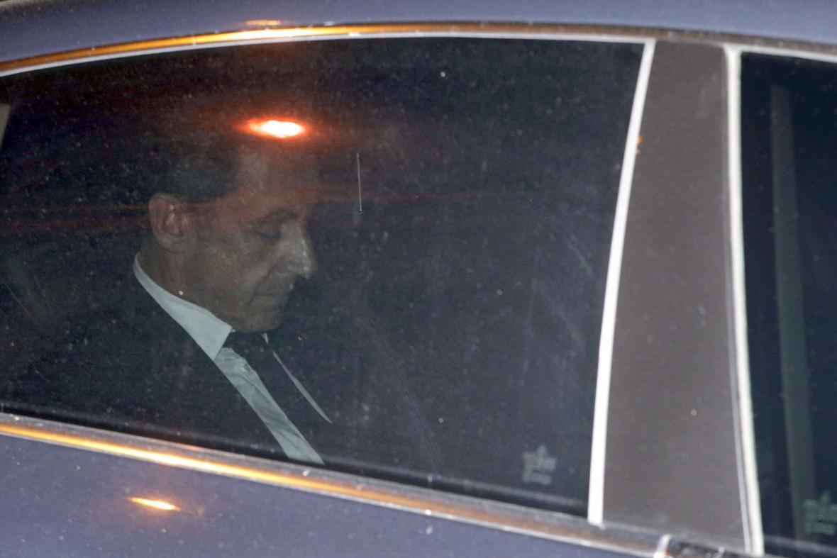 Nicolas Sarkozy opouští sídlo protikorupční policie