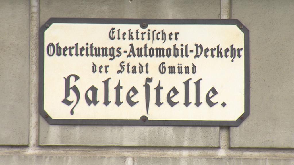 Tabulka připomínající bývalou zastávku trolejbusu v historickém centru Gmündu