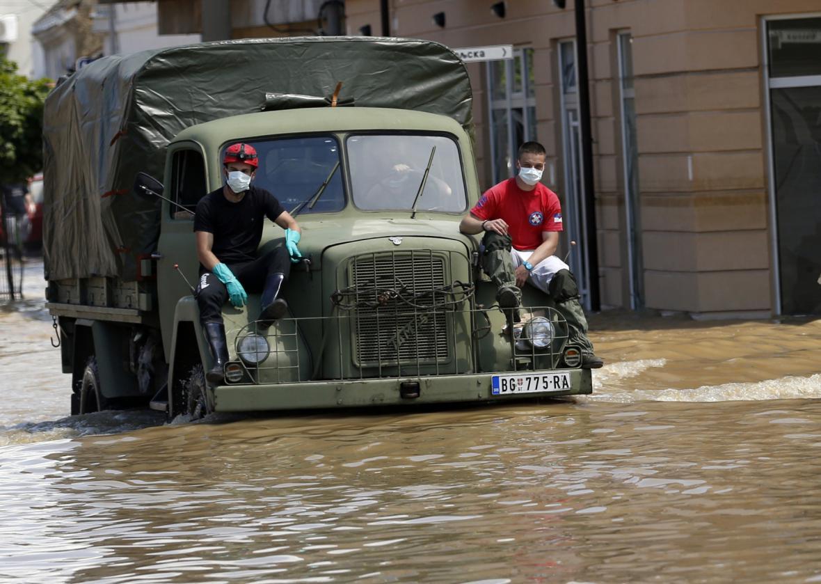 Lidé bojují s povodněmi v srbském Obrenovaci