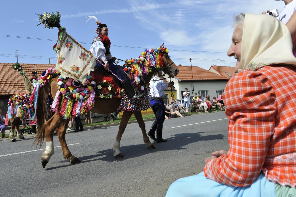 Slavnostní průvod na folklorním festivalu ve Strážnici (2012)