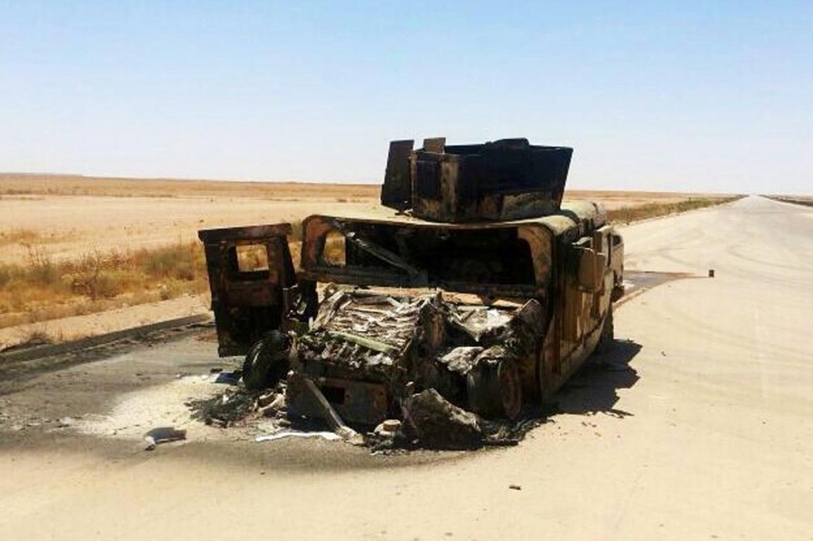 Zničené irácké vojenské vozidlo nedaleko Mosulu