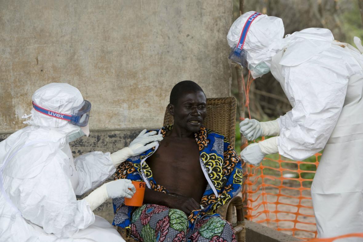 Lékaři ošetřují muže nakaženého ebolou