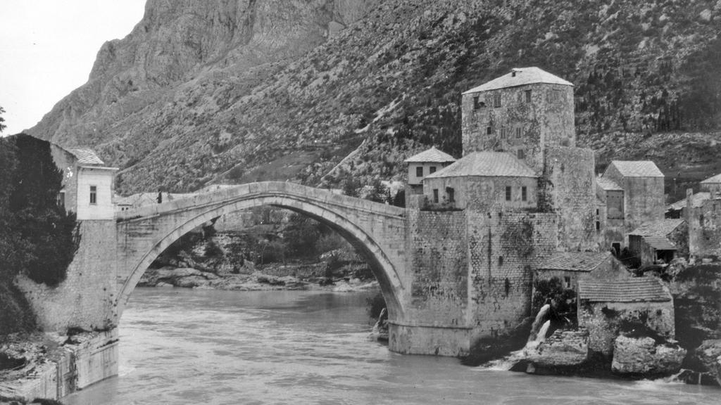 Starý most v Mostaru, který zničili Chorvaté v roce 1993