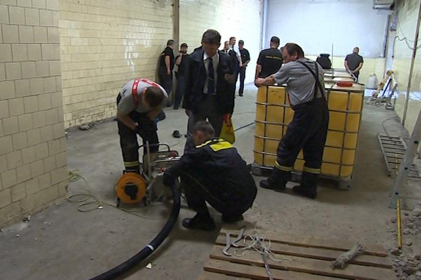 Odčerpávání nelegálního lihu z nádrží v Hrobicích