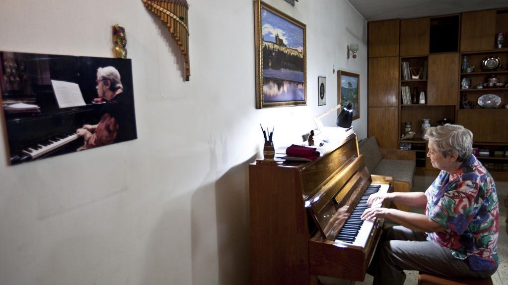 Uznávaná klavíristka kvůli bezpečnosti opuští zdi domu pouze kvůli práci