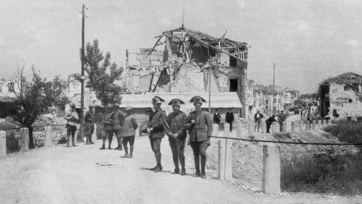 Čs. vojáci a italští karabiniéři na Piavě v roce 1918