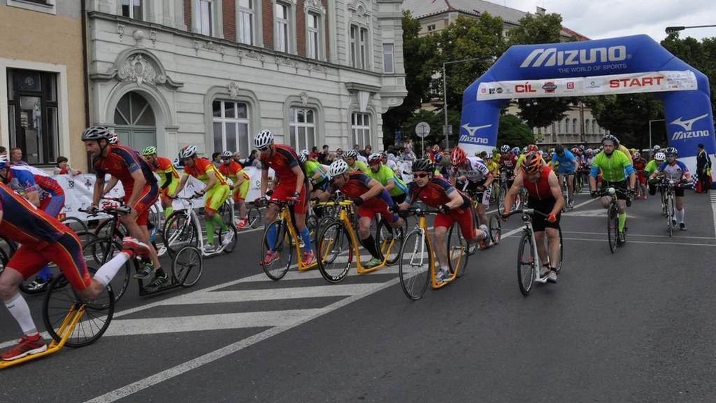 Cyklisté na startu v Lounech