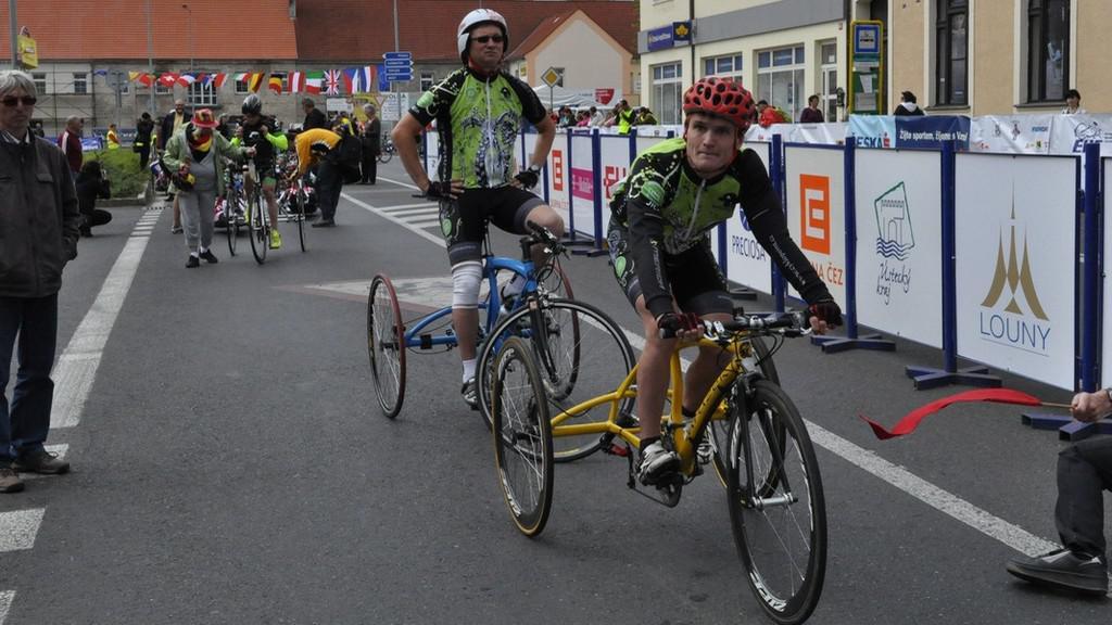 Cyklisté na trati závodu