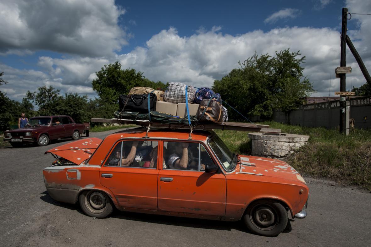 Rodina se svými osobními věcmi opouští město Slavjansk