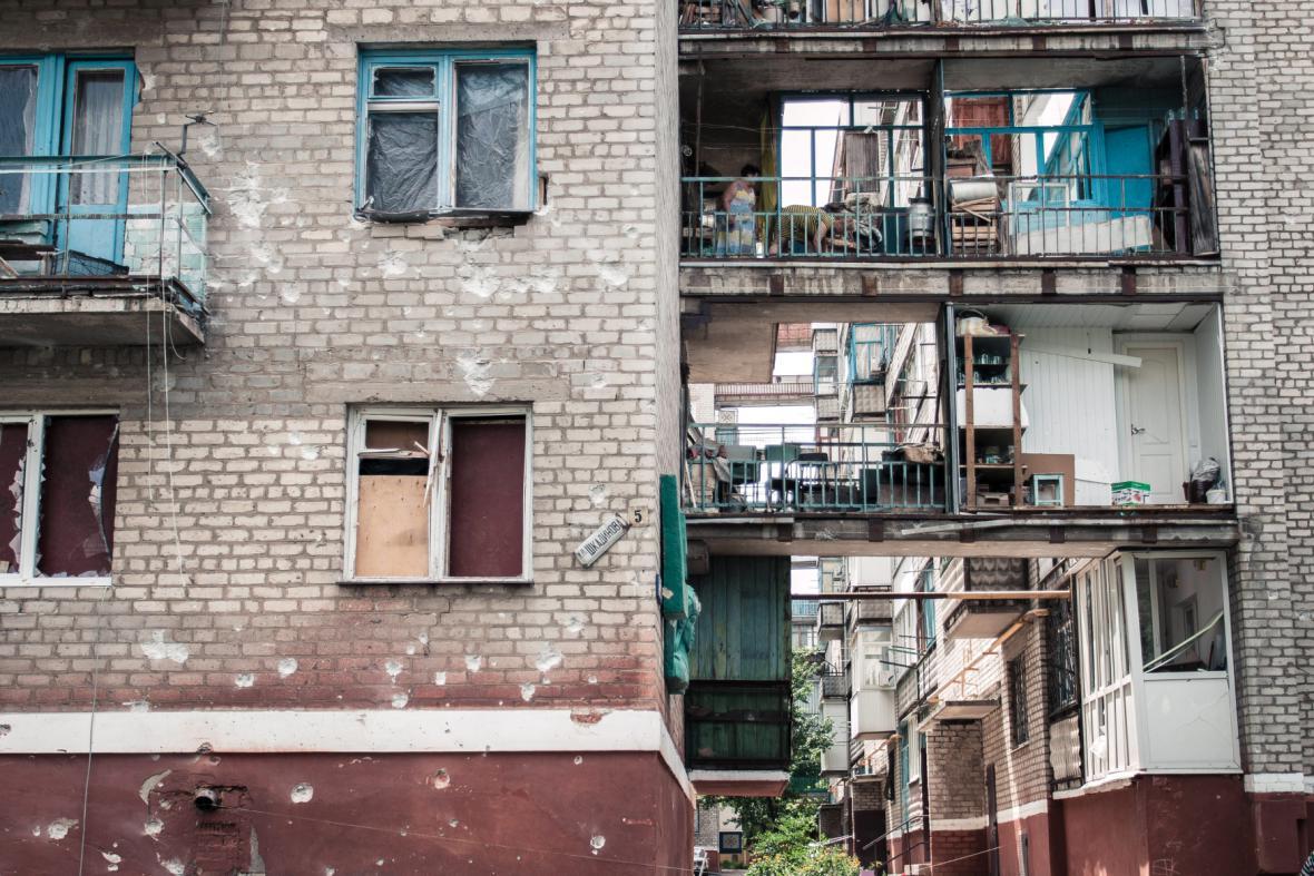 Poničené a rozstřílené domy ve městě Lugansk