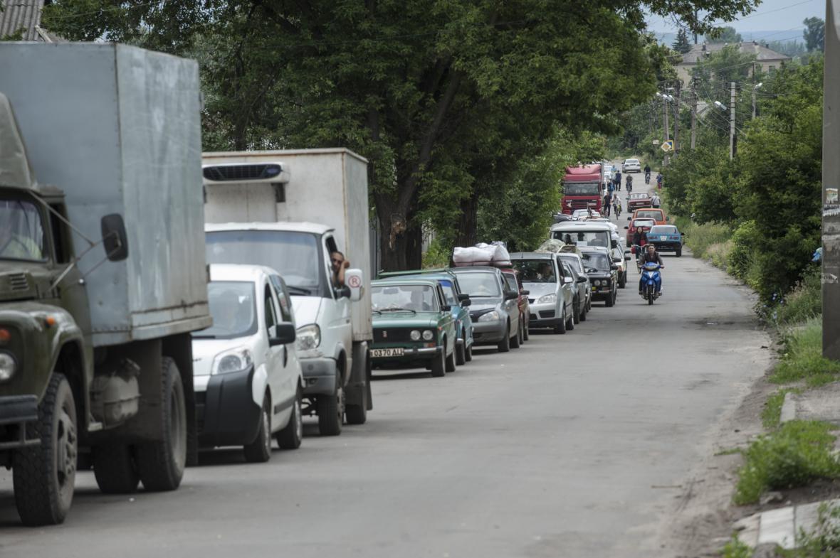Kolona vozidel opouštějící město Slavjansk